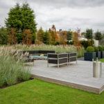 Grote tuinen met vlonder en lounge set