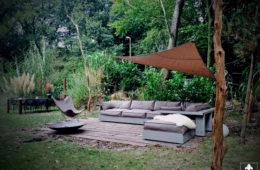 Loungen in een bosrijke tuin